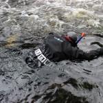 НП Паанаярви Погружение в реку для обследования на наличие моллюска.